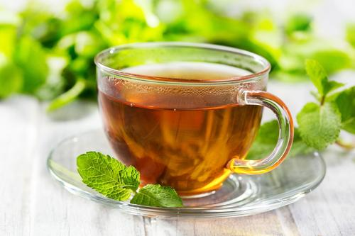 в крепко заваренный свежий чай в стакане